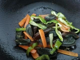 皮蛋炒青椒,翻炒均匀即可出锅