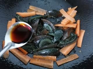 皮蛋炒青椒,加入一勺生抽提鲜