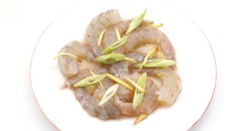 豆腐虾仁蒸蛋,混合搅拌均匀腌制备用。