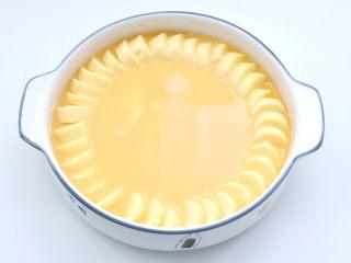 豆腐虾仁蒸蛋,倒入放入豆腐的盘子里。