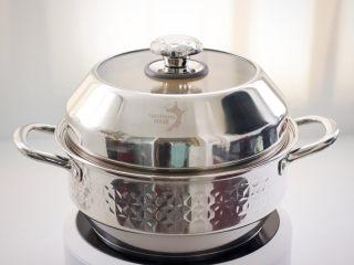 豆腐虾仁蒸蛋,盖上锅盖大火蒸8分钟。