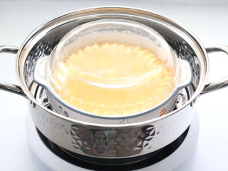 豆腐虾仁蒸蛋,盖上盖子,这样在蒸制的过程中蒸汽不会留到蛋液里。