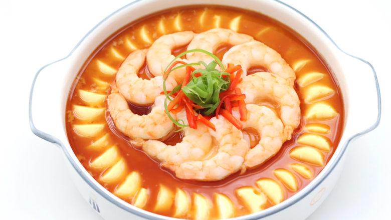 豆腐虾仁蒸蛋,撒上葱花和辣椒丝,泼上热油即可。