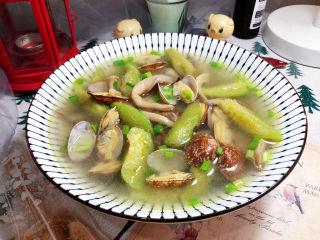 花蛤丝瓜汤➕花蛤平菇丝瓜汤,装盘,撒葱末即可上桌享用