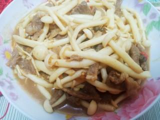 牛肉海鲜菇,等汤汁差不多收干时,快速翻炒均匀即可。