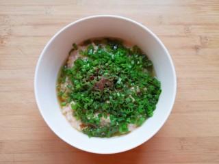 杂粮包子,炒锅内倒适量的食用油烧热,浇在十三香上面,激出香味。
