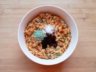 杂粮包子,加入香菇和胡萝卜搅拌均匀,放盐、蔬之鲜调味料和蚝油。