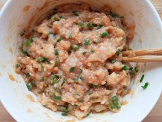 杂粮包子,加入酱油搅拌均匀。