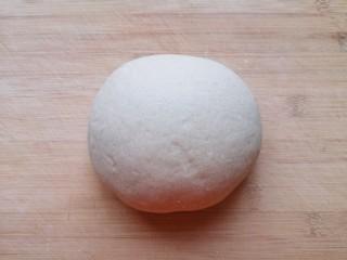 杂粮包子,一个小时左右,面团就发酵好了,将发酵好的面团揉光排气。