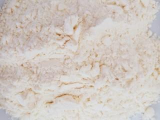 浇汁带鱼,盘中准备一点普通面粉。