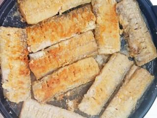 浇汁带鱼,放入锅中小火慢慢煎。