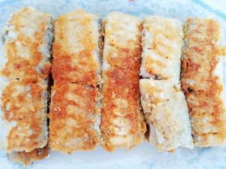 浇汁带鱼,煎至两面金黄即可盛出装盘。