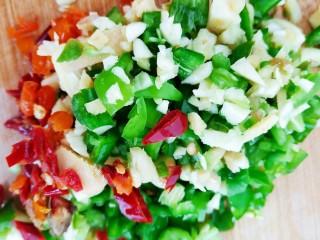 浇汁带鱼,将辣椒,泡椒,大蒜,姜片切碎。