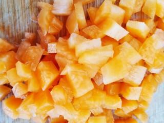 浇汁带鱼,一小段胡萝卜切成小丁。
