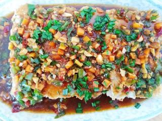 浇汁带鱼,将炒好的料汁均匀的淋在煎好的带鱼上即可。