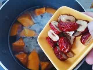 绿豆南瓜粥,加入红枣,继续煮至,继续煮至大米开花,南瓜熟透