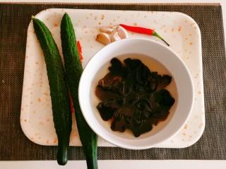 黄瓜拌木耳,食材准备好。