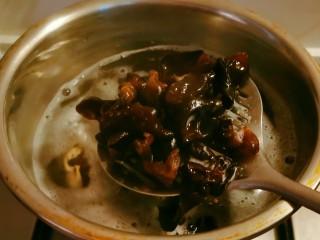 黄瓜拌木耳,干木耳提前泡发,放入开水中煮2分钟捞出备用。