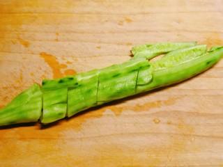 黄瓜拌木耳,黄瓜去皮,用刀拍松,切小块备用。