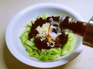 黄瓜拌木耳,放入生抽和醋调味。