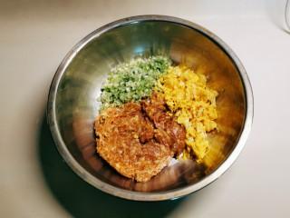 杂粮包子,肉糜加放列表中的调味料拌匀,葱切碎,鸡蛋炒碎一同放入馅料盆里。