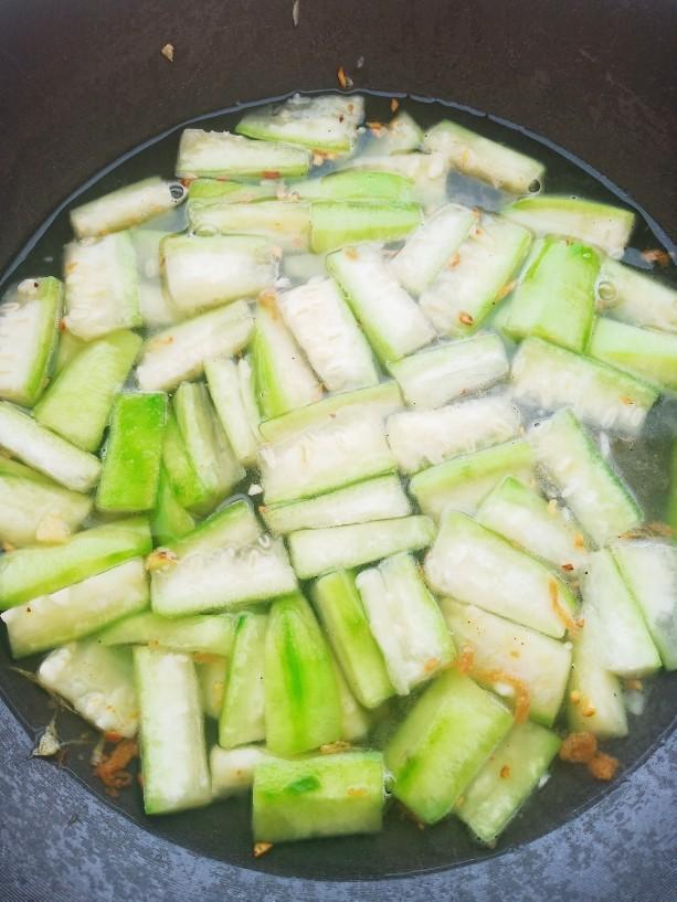 上汤八棱瓜,加入适量清水炖煮。