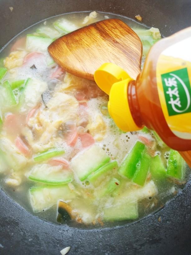 上汤八棱瓜,加入一勺太太乐鲜鸡汁。