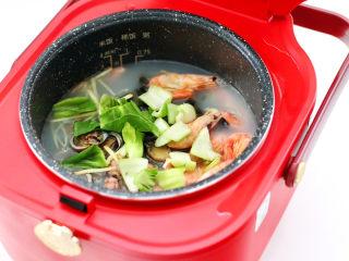 海鲜皮蛋粥,继续煮8分钟后,放入青菜。