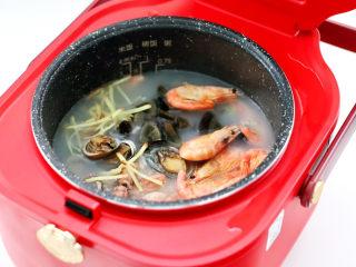 海鲜皮蛋粥,放入鲍鱼和蛸,北极虾和姜丝。