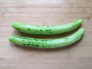 黄瓜拌木耳,黄瓜去皮洗干净。