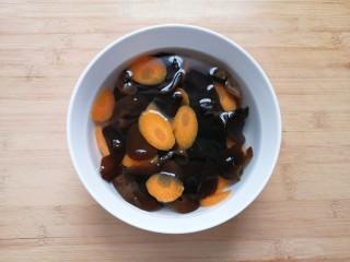 黄瓜拌木耳,捞出过凉水,控干水分备用。