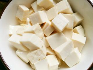 海鲜菇豆腐汤,豆腐切小块。