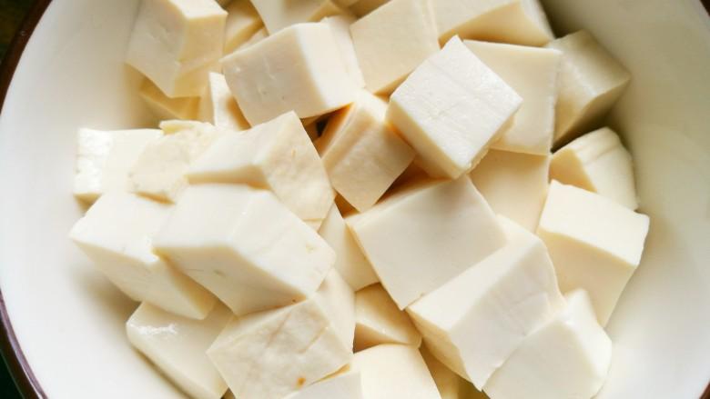 海鲜菇豆腐汤,<a style='color:red;display:inline-block;' href='/shicai/ 465'>豆腐</a>切小块。