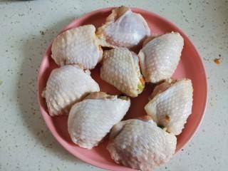 鸡翅包饭.,全部塞好之后放在盘子里备用