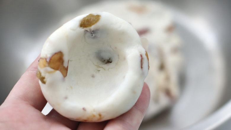 红枣葡萄干糯米糕,再用大拇指戳成窝窝状。