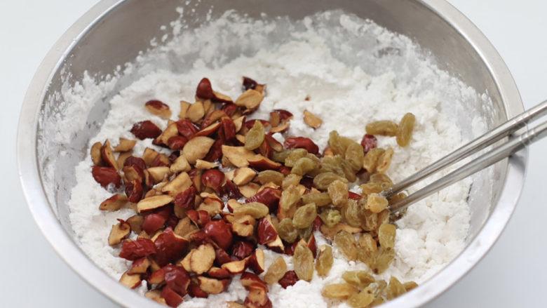 红枣葡萄干糯米糕,加入切丁的红枣和泡软的葡萄干。
