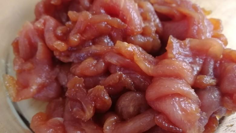 水煮肉片(无辣版),抓匀腌制10分钟。