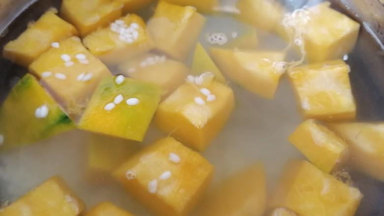 绿豆南瓜粥,煮一会放入糯米一起煮