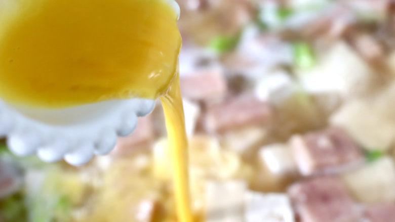 豆腐蛋花汤,慢慢倒入打散的鸡蛋液。