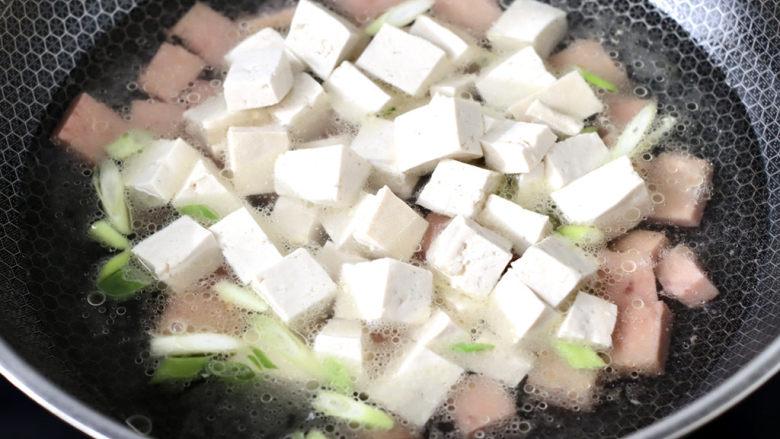 豆腐蛋花汤,加入炒好的豆腐。