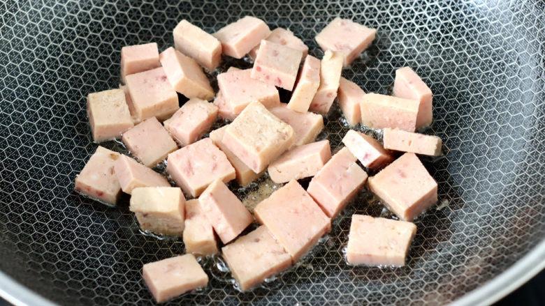 豆腐蛋花汤,热锅倒入一丢丢食用油,放入午餐肉小火慢慢煎至变软。