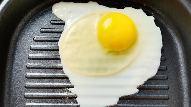 懒人必备快手早餐三明治,准备三片吐司面包,一个无油煎<a style='color:red;display:inline-block;' href='/shicai/ 9'>鸡蛋</a>。