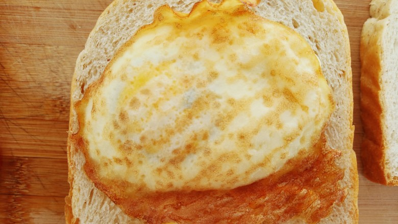 懒人必备快手早餐三明治,抹上一层沙拉酱,铺上煎鸡蛋。