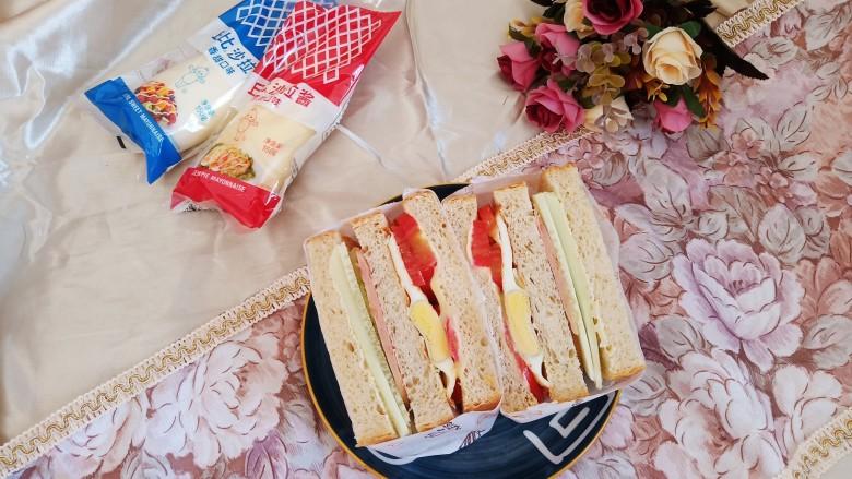懒人必备快手早餐三明治,从中间对半切开,美味完成。