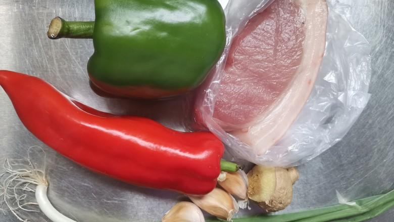 彩椒炒肉丝,准备食材备用