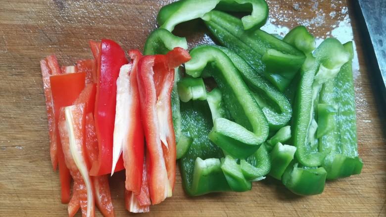 彩椒炒肉丝,青圆椒切成条,红椒也切成条