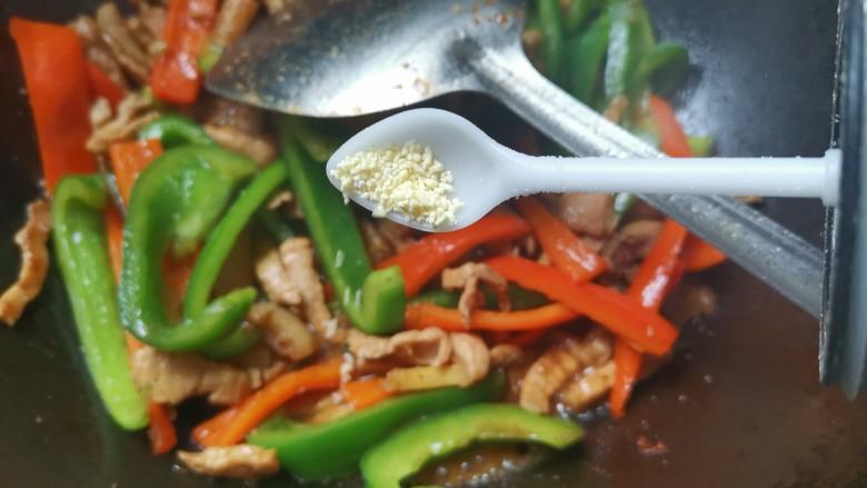 彩椒炒肉丝,加入适量的鸡精翻炒均匀即可出锅