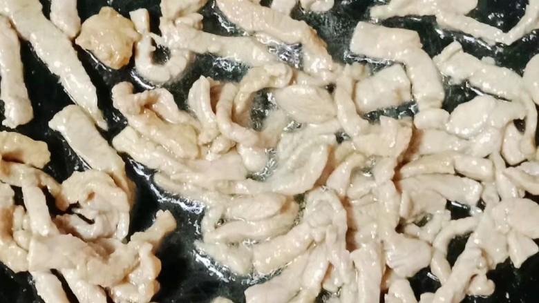 彩椒炒肉丝,热锅下油,倒入肉丝炒熟盛出