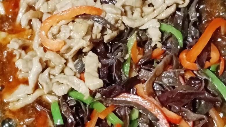 彩椒炒肉丝,倒入肉丝、木耳、青红椒