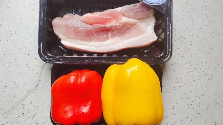 彩椒炒肉丝,首先我们准备好所有食材